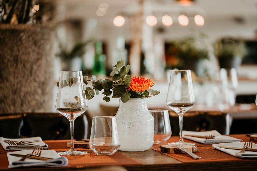 Tisch; Brasserie Wein & Dein; Brasserie