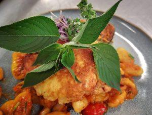Cremige Polenta mit Rucolapesto und Tomate