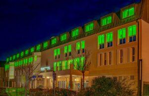 Beleuchtete Fassade des Parkhotel Landau
